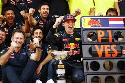 El director del equipo Christian Horner, Red Bull Racing, Daniel Ricciardo, Red Bull Racing, Max Verstappen, Red Bull Racing, 1st Position y el equipo Red Bull celebran su primera y récord de ganar F1