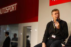 Henry Hope-Frost parle à Mario Isola de Pirelli sur la scène Autosport