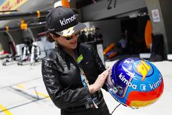 L'actrice Carina Lau avec le casque de Fernando Alonso, McLaren