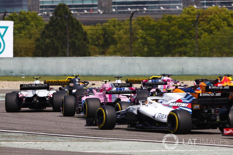 Kevin Magnussen, Haas F1 Team VF-18 Ferrari, Esteban Ocon, Force India VJM11 Mercedes, y Sergey Sirotkin, Williams FW41 Mercedes,en el medio del paquete al comienzo de la carrera