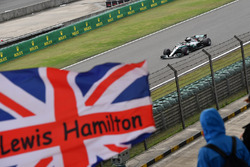 Lewis Hamilton, Mercedes-AMG F1 W09 EQ Power+ et le drapeau du Royaume-Uni