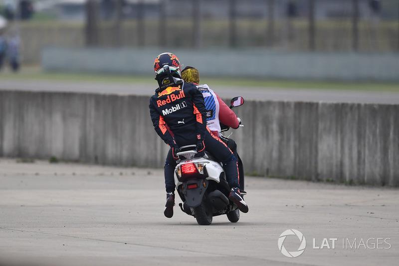 Daniel Ricciardo, Red Bull Racing menunggang skuter setelah terhenti di FP3