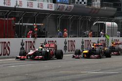 Lewis Hamilton, McLaren MP4-27, Sebastian Vettel, Red Bull Racing RB8 y Mark Webber, Red Bull Racing RB8 battle