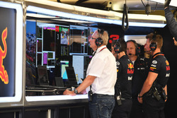 Dr Helmut Marko, Consulente in Red Bull Motorsport, nel garage
