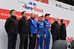 Franz Tost, Scuderia Toro Rosso Team Principal, Pierre Gasly, Scuderia Toro Rosso, Brendon Hartley, Scuderia Toro Rosso and Honda personel