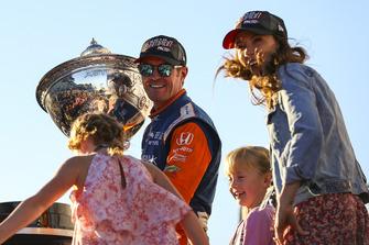 Scott Dixon, Chip Ganassi Racing Honda, Campeón de la Serie IndyCar 2018, con su esposa Emma, y sus hijos, Tilly y Poppy, Copa Astor