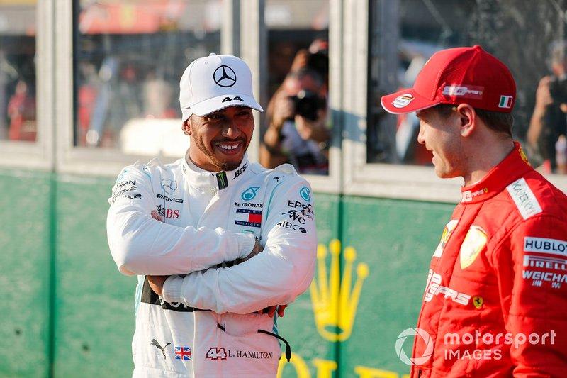 Le poleman Lewis Hamilton, Mercedes AMG F1 et Sebastian Vettel, Ferrari dans le Parc Fermé