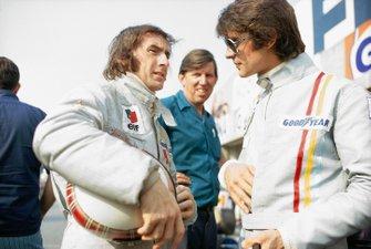 Jackie Stewart habla con su compañero de equipo Francois Cevert y el jefe del equipo Ken Tyrrell.
