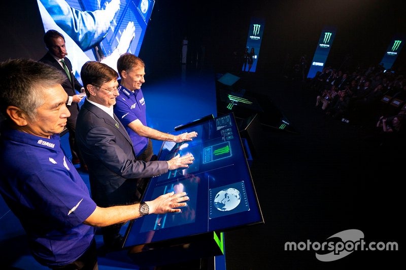 Лін Джарвіс, керівний директор Yamaha Factory Racing,Коудзі Цуя, президент Yamaha Factory Racing, Мітч Ковінгтон, віце-президент з питань спортивного маркетингу Monster Energy