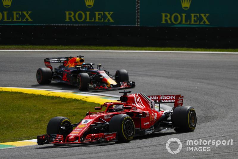 Себастьян Феттель, Ferrari SF71H, попереду Даніеля Ріккардо, Red Bull Racing RB14