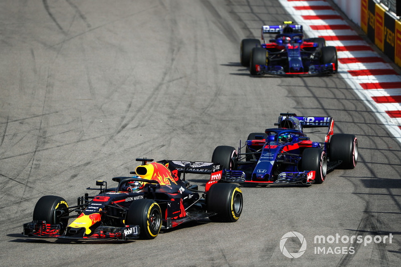 Daniel Ricciardo, Red Bull Racing RB14, lidera a Brendon Hartley, Toro Rosso STR13, y Pierre Gasly, Scuderia Toro Rosso STR13