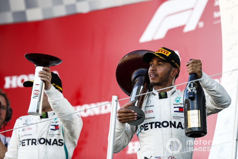 Il secondo classificato Valtteri Bottas, Mercedes AMG F1, il vincitore della gara Lewis Hamilton, Mercedes AMG F1, sul podio