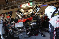 ガレージに戻って修復作業を受ける5号車トヨタTS050ハイブリッド