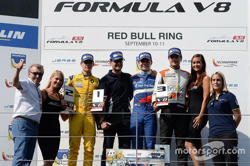 Podium: Sieger Matthieu Vaxivière, SMP Racing; 2. Louis Deletraz, Fortec Motorsports; 3. Tom Dillman