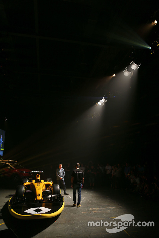 Cyril Abiteboul, Renault Sport F1 Managing Director met David Croft, Sky Sports Commentator