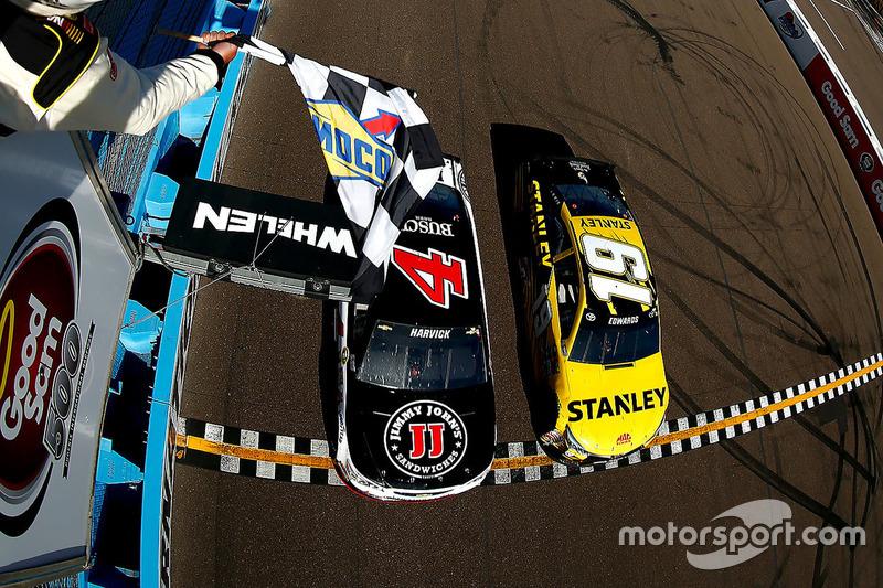 #1: Kevin Harvick (Stewart/Haas-Chevrolet) schlägt Carl Edwards (Gibbs-Toyota)