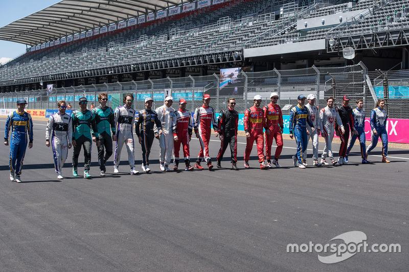 Gruppenbild mit allen Fahrern
