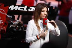 Une reporter est filmée devant la McLaren MCL32