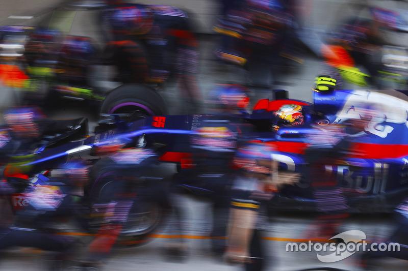 Carlos Sainz Jr., Scuderia Toro Rosso STR12, pit stop action