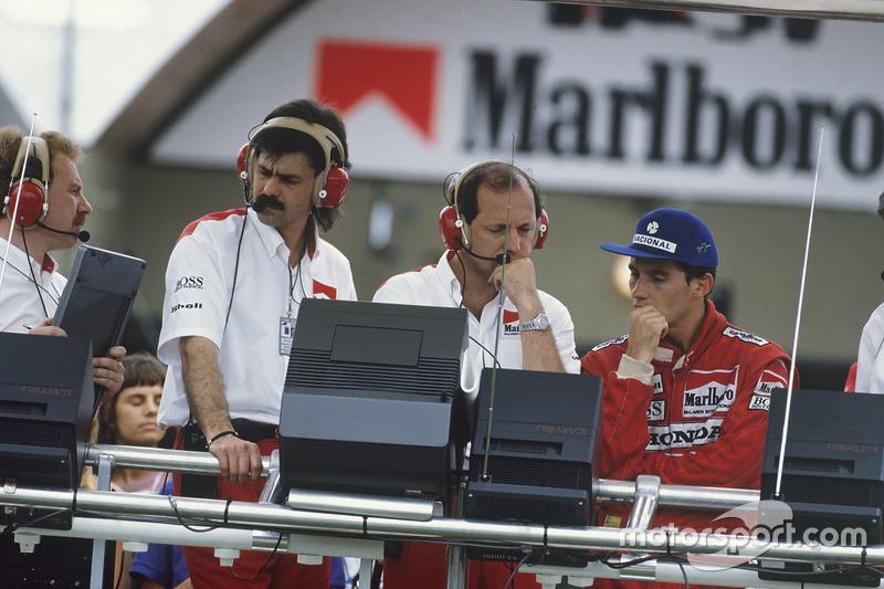 Ayrton Senna, McLaren MP4/4 Honda, yang didiskualifikasi, berdiri di pit bersama Gordon Murray dan Ron Dennis