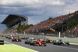 Lewis Hamilton, Mercedes AMG F1 W08, Sebastian Vettel, Ferrari SF70H, líder del grupo al inicio