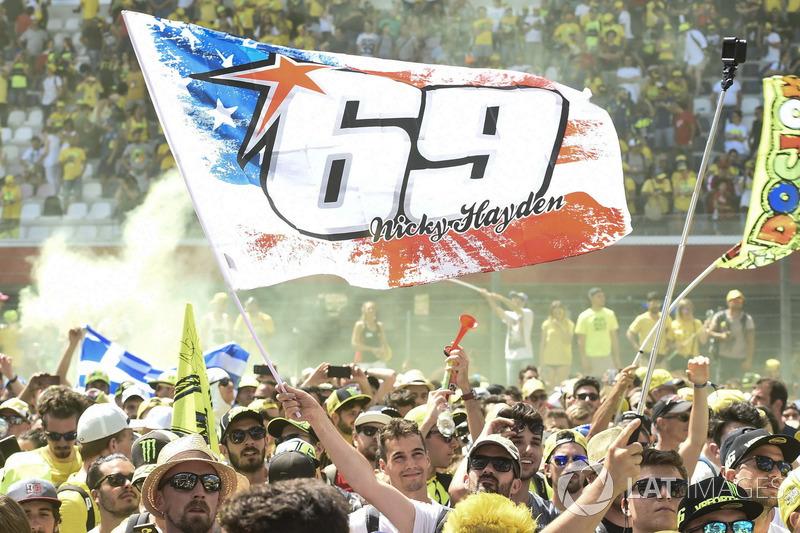 Fans mit Flagge für Nicky Hayden