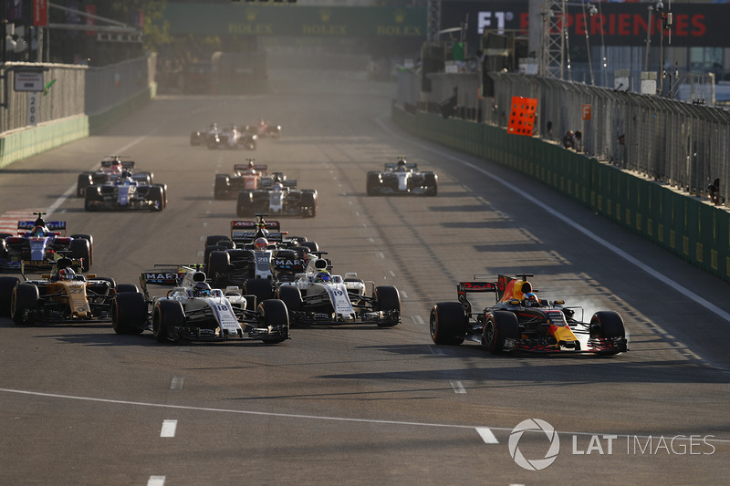 Daniel Ricciardo, Red Bull Racing RB13, Lance Stroll, Williams FW40, Felipe Massa, Williams FW40, at the restart