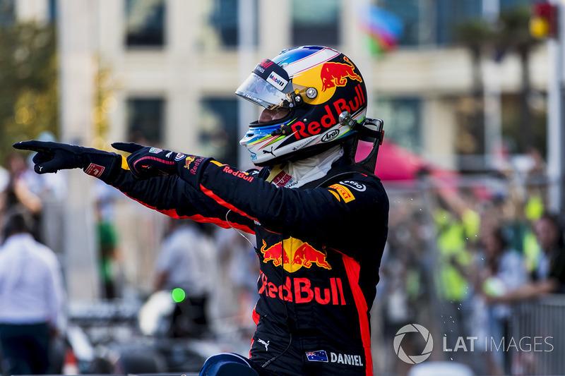 Даниэль Риккардо радуется победе на Гран При Азербайджана