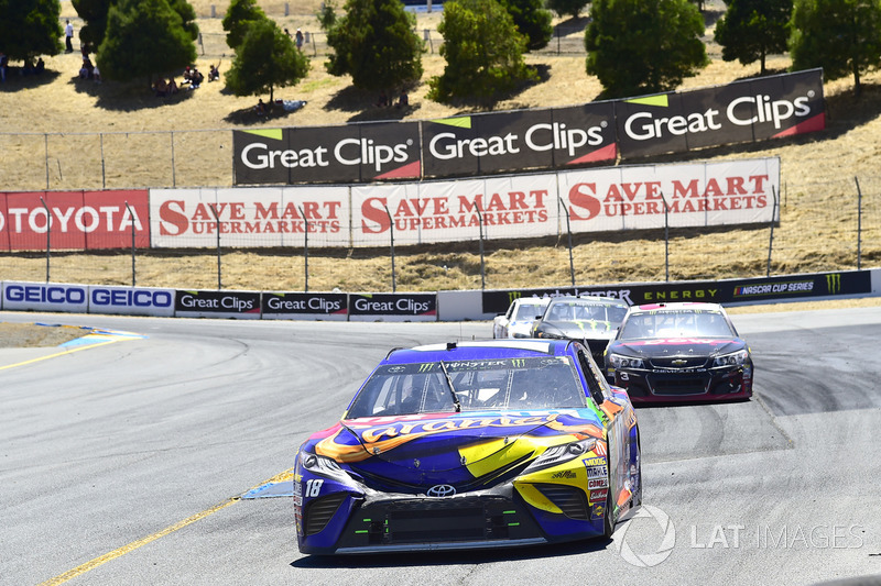 Kyle Busch, Joe Gibbs Racing Toyota, Austin Dillon, Richard Childress Racing Chevrolet