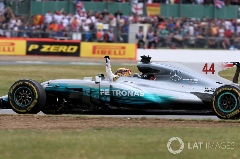 Льюіс Хемілтон, Mercedes-Benz F1 W08  celebrates at the end of the race