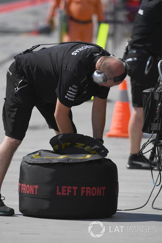 Механік Mercedes AMG F1, гума Pirelli