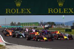 Daniel Ricciardo, Red Bull Racing RB13 en Max Verstappen, Red Bull Racing RB13 bij de start van de race