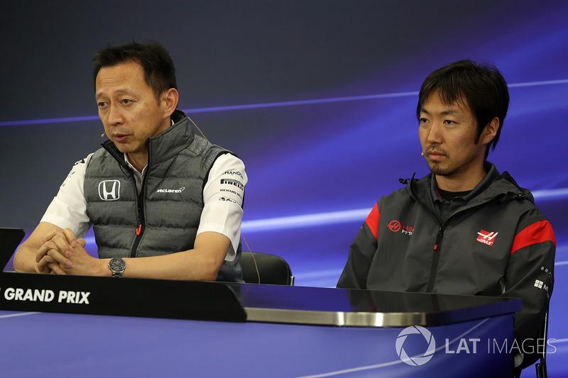 Yusuke Hasegawa, Kepala Honda Motorsport, dan Ayao Komatsu, Teknisi Haas F1 di konferensi pers