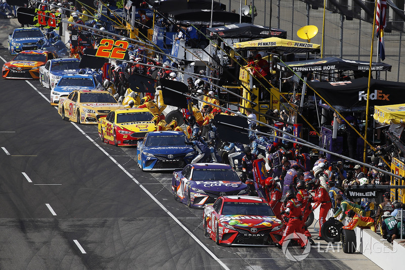 Kyle Busch, Joe Gibbs Racing Toyota Martin Truex Jr., Furniture Row Racing Toyota pit stop Denny Ham