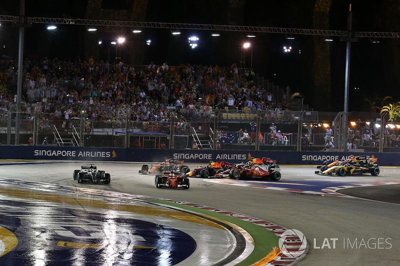 Sebastian Vettel, Ferrari SF70H al comando mentre Max Verstappen, Red Bull Racing RB13 e Kimi Raikkonen, Ferrari SF70H si toccano all'inizio della gara