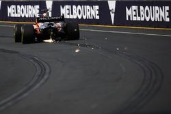Chispas de la trasera del MCL32 de Fernando Alonso