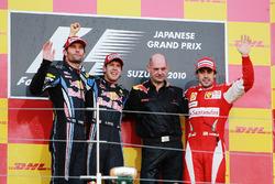 Podio: segundo puesto Mark Webber, Red Bull Racing, ganador de la carrera Sebastian Vettel, Red Bull Racing, Adrian Newey, director técnico de Red Bull Racing y tercero Fernando Alonso, Ferrari