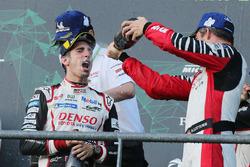 Подиум: победитель Себастьен Буэми, Toyota Gazoo Racing