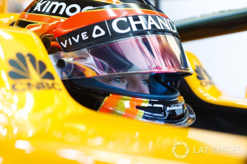 Stoffel Vandoorne, McLaren, in cockpit with helmet visor raised.nell'abitacolo della sua monoposto con la visiera alzata