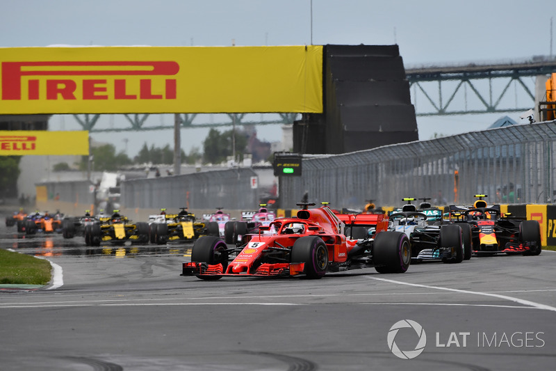 Sebastian Vettel, Ferrari SF71H precede Valtteri Bottas, Mercedes-AMG F1 W09, alla partenza della gara