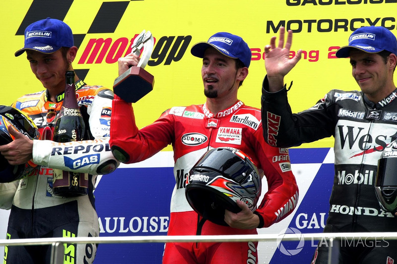 Podio: 1º Max Biaggi, 2º Valentino Rossi, 3º Alex Barros