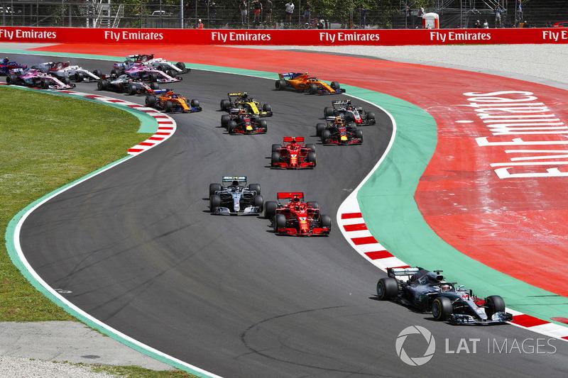 Arrancada: Lewis Hamilton, Mercedes AMG F1 W09, lleva Sebastian Vettel, Ferrari SF71H, Valtteri Bottas, Mercedes AMG F1 W09, Kimi Raikkonen, Ferrari SF71H, Max Verstappen, Red Bull Racing RB14 y el resto del grupo