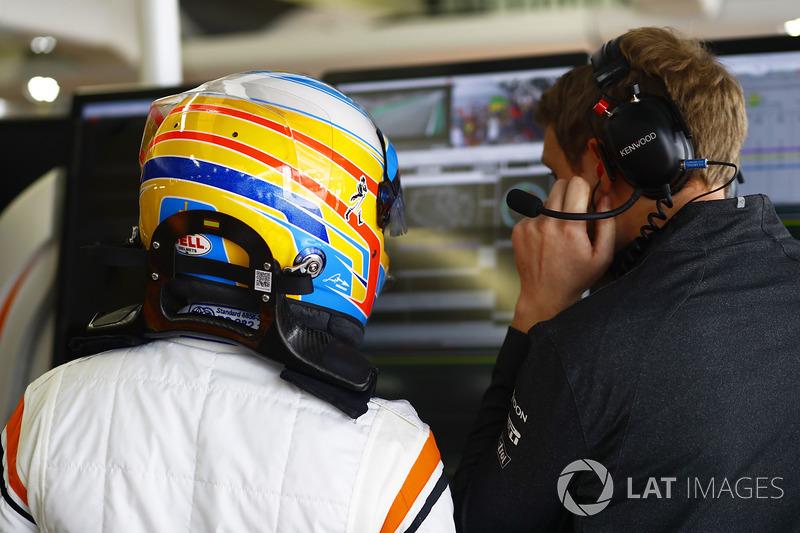 Fernando Alonso, McLaren, conversa con su ingeniero en el garaje