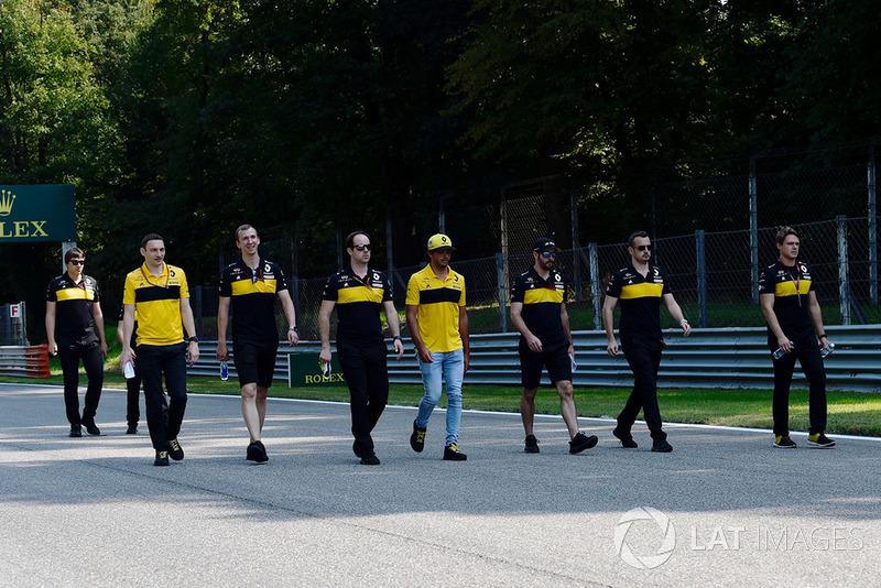 Carlos Sainz Jr., Renault Sport F1 Team, recorre la pista con el equipo