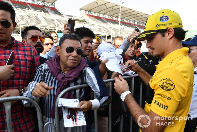 Carlos Sainz Jr., Renault Sport F1 Team firma autógrafos para los aficionados.