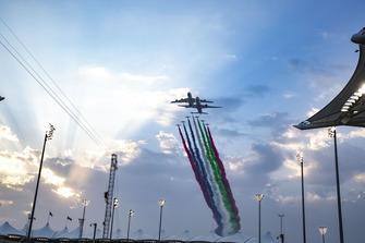 Des avions passent au-dessus de la grille