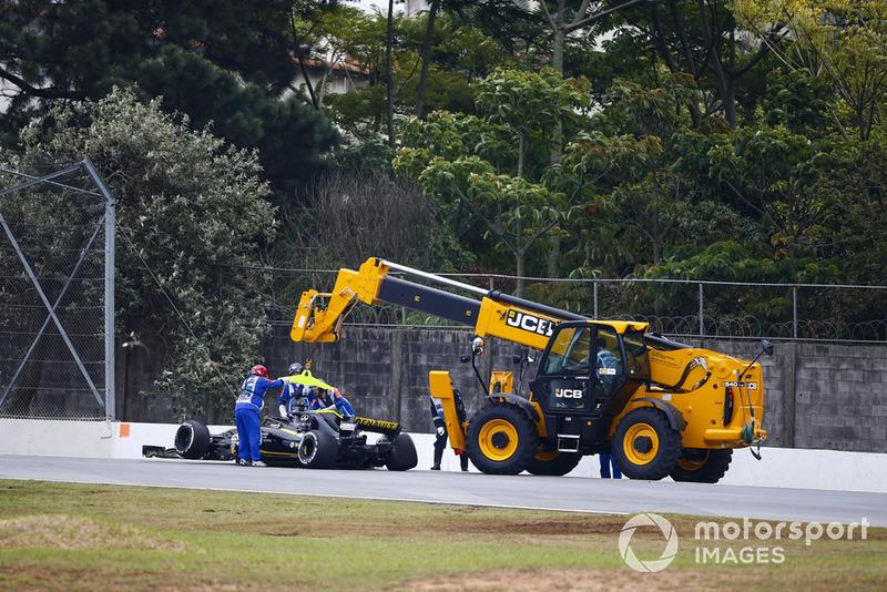 I marshal rimuovono la monoposto incidentata di Nico Hulkenberg Renault Sport F1 Team R.S. 18, nelle FP2