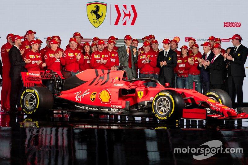 Charles Leclerc, Ferrari, Sebastian Vettel, Ferrari avec des membres de l'équipe