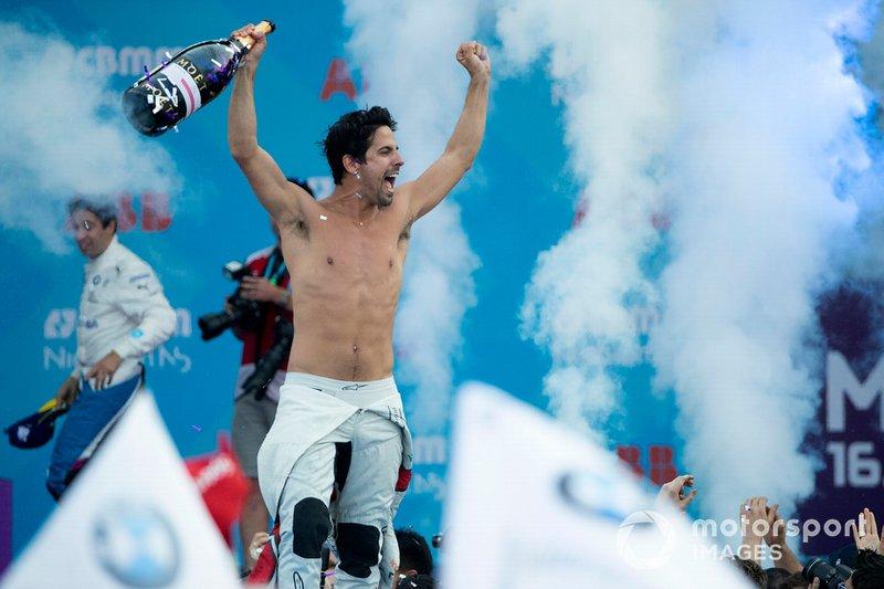 Переможець перегонів Лукас Ді Грассі, Audi Sport ABT Schaeffler, святкує на подіумі