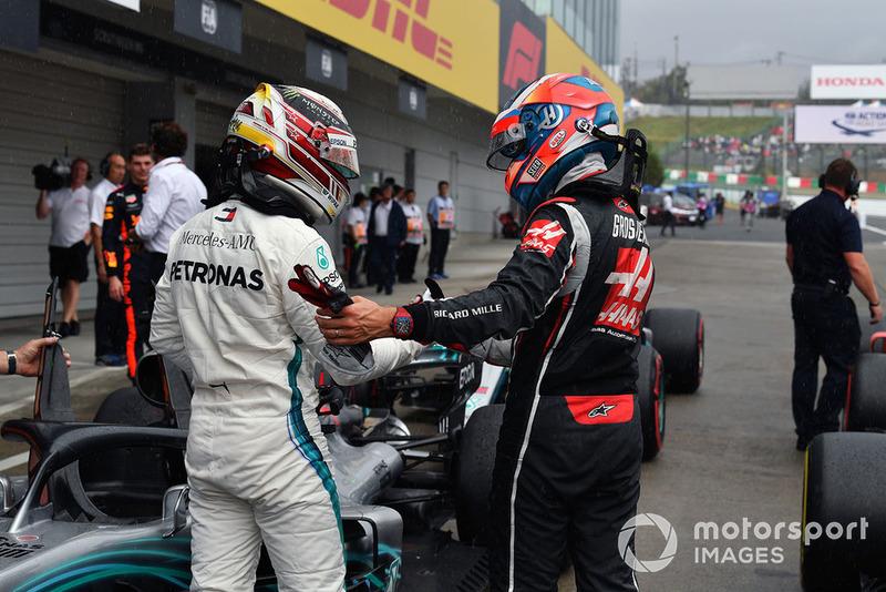 Lewis Hamilton, Mercedes AMG F1 y Romain Grosjean, Haas F1 Team, celebran en parc ferme